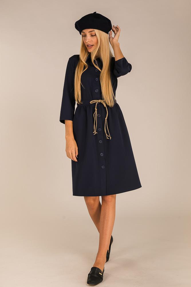 Модель бренда Аржен в базовом платье и в модном берете