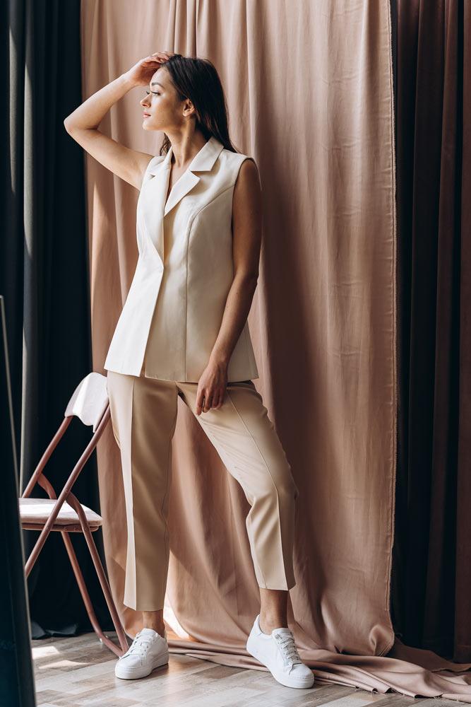 Женские брюки Аржен с кроссовками - фото