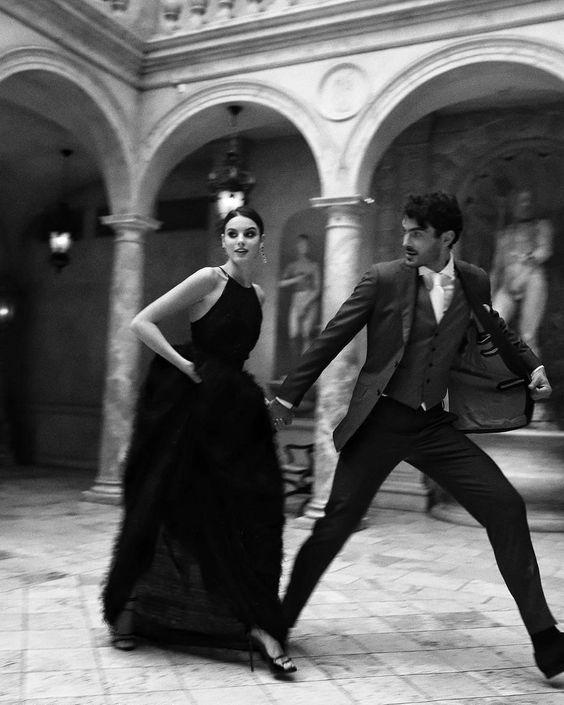 Романтическое черно-белое фото - влюбленная пара