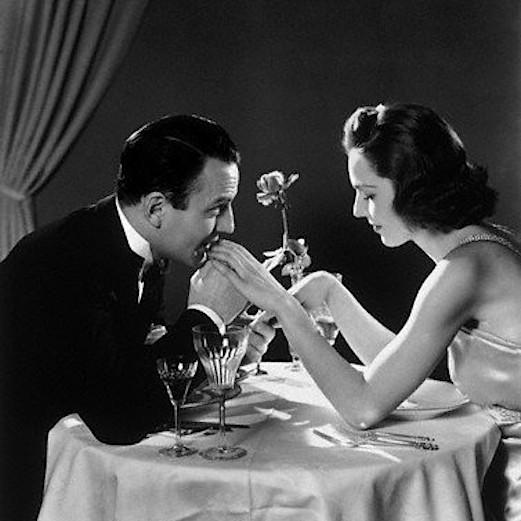 Ужин в ресторане. Черно-белое фото романтика