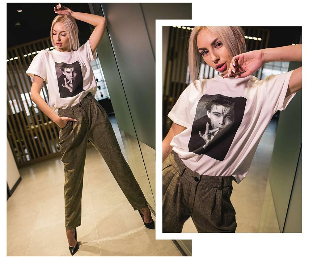 Как комбинировать деловые брюки с модной футболкой фото