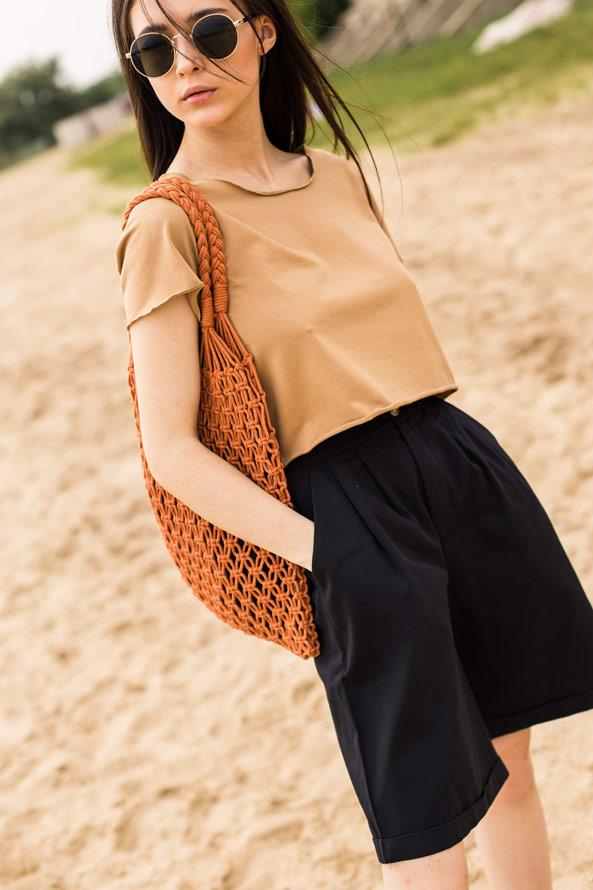Бежевый топ и черные шорты-бермуды в интернет-магазине Аржен