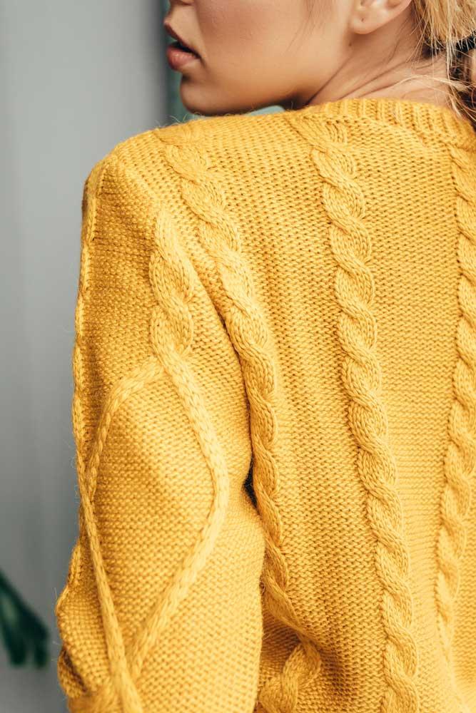 Акриловая пряжа в одежде крупным планом - фото свитера женского Аржен
