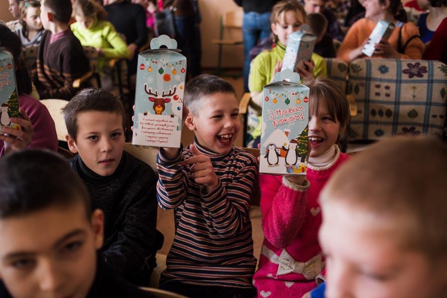 Дети радуются подаркам ко Дню Св. Николая