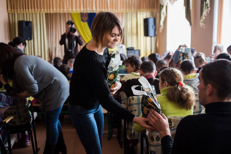 Команда Аржен дарит подарки детям