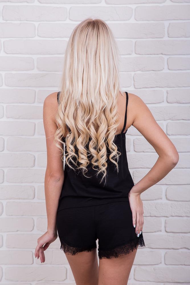 Модель Аржен в черной пижаме