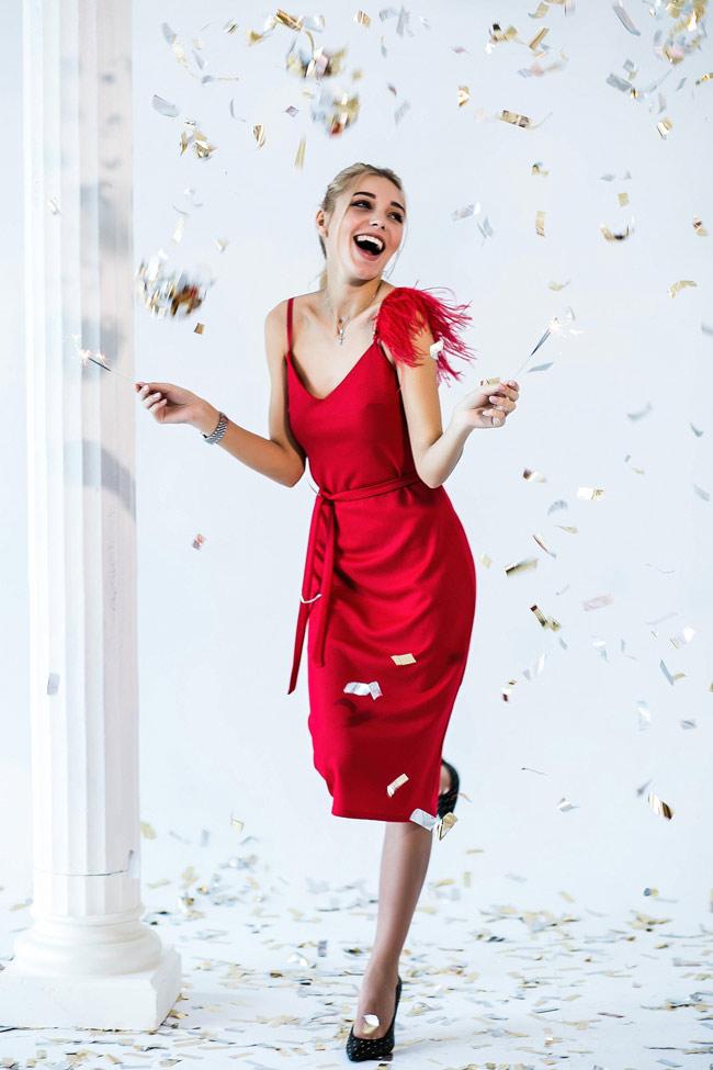Нарядное красное платье с перьями. Фото от Аржен