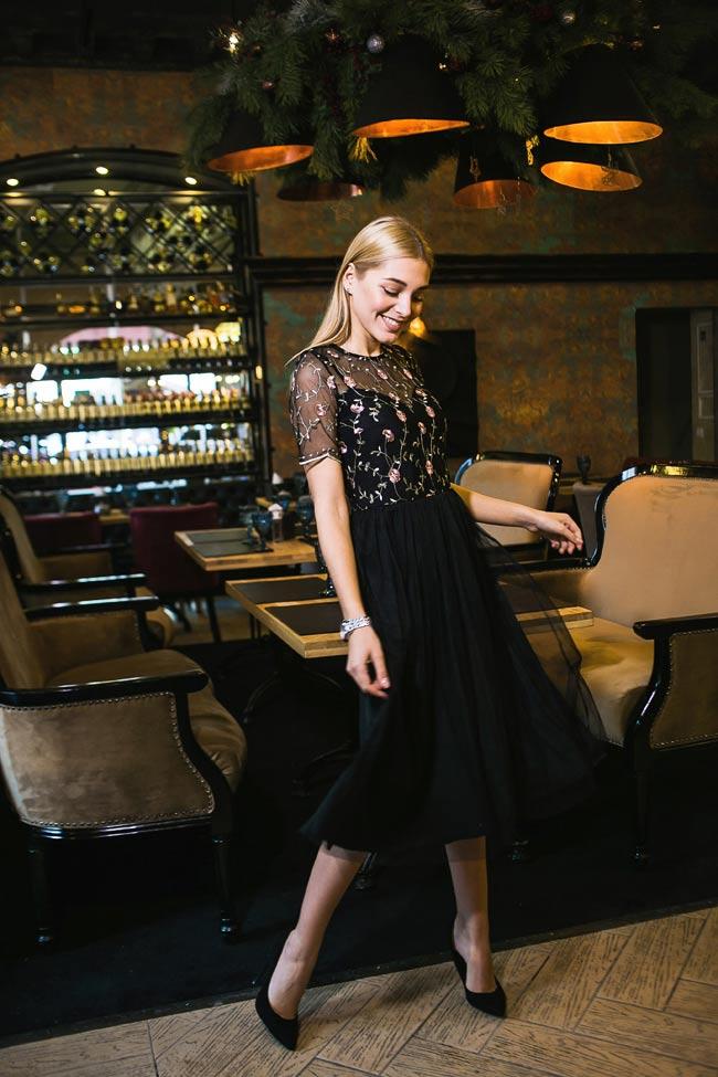 Черное нарядное платье с вышивкой вверху. Бренд Arjen