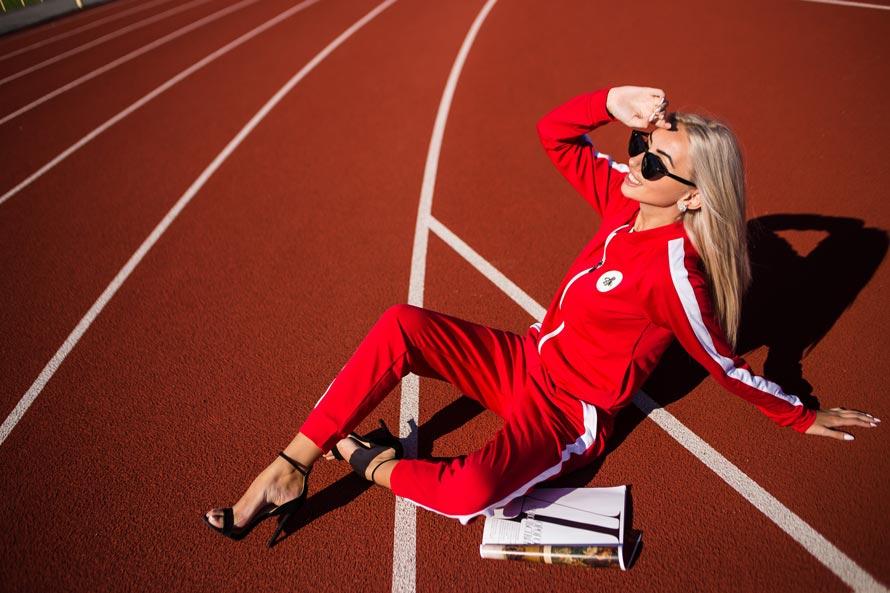 Женский спортивный костюм с босоножками - модный тренд