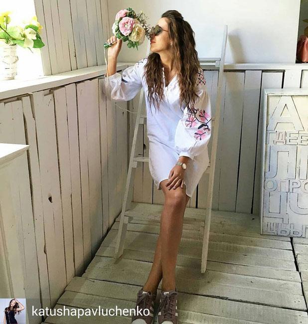 Телеведущая Катя Павлюченко в платье-вышиванке Аржен - фото